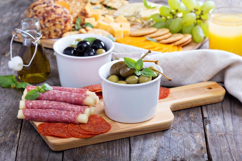 开胃菜品种在饭桌上的 库存照片