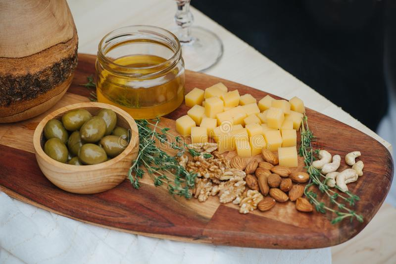 开胃菜品种酒的,在特殊格式一块木板材服务  免版税图库摄影