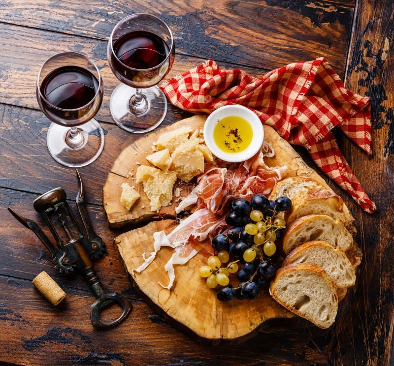 开胃菜火腿和乳酪盘子用酒 免版税库存图片