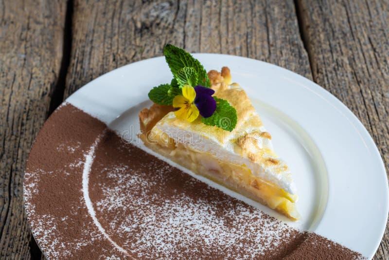 开胃蛋糕片断用苹果,在一块白色板材准备的自创 库存图片