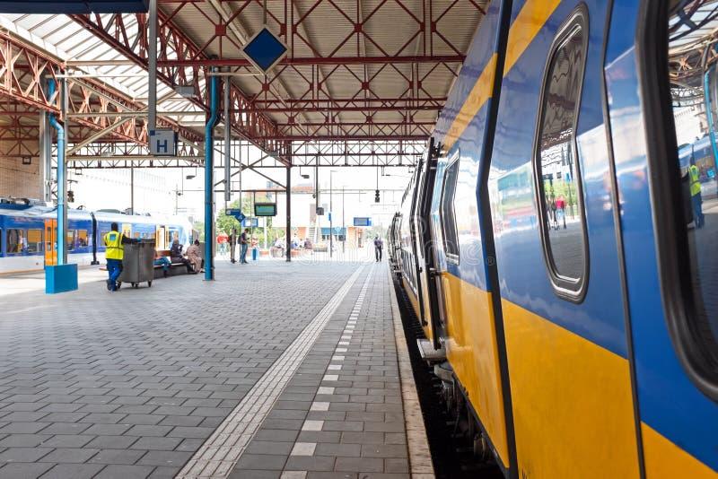离开艾恩德霍芬驻地的火车在荷兰 免版税库存照片