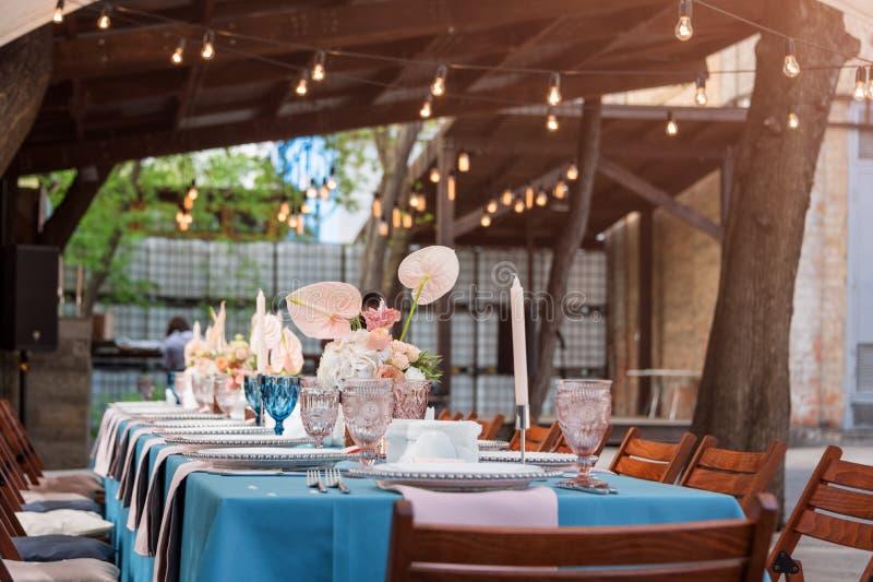 开花假日和结婚宴会的桌装饰 表为假日、事件、党或者结婚宴会持续  免版税库存照片