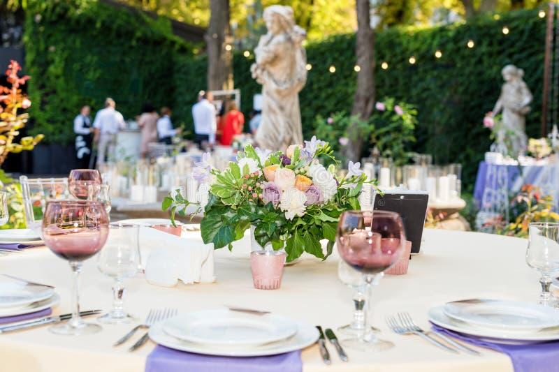 开花假日和结婚宴会的桌装饰 表为假日、事件、党或者结婚宴会设置了室外休息的 库存图片