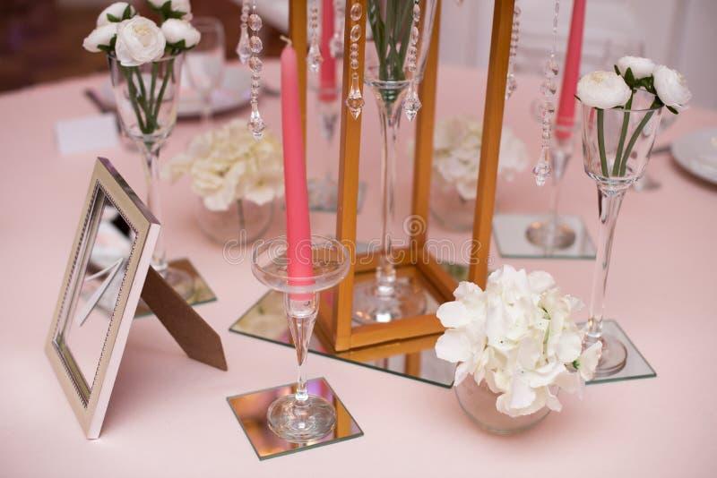 开花假日和结婚宴会的桌装饰 表为假日、事件、党或者结婚宴会设置了 免版税图库摄影