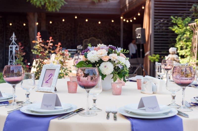 开花假日和结婚宴会的桌装饰 表为假日、事件、党或者结婚宴会持续  免版税库存图片