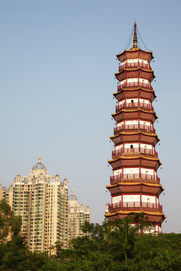 开花六棵榕树寺庙塔。 库存图片
