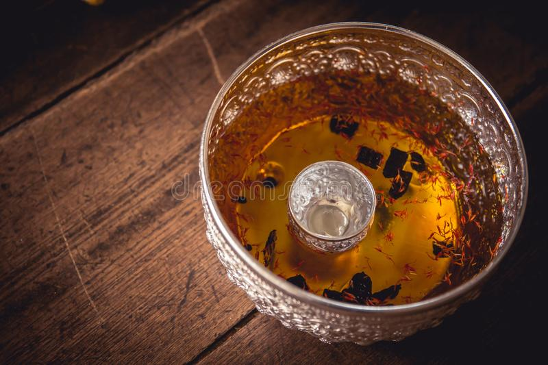 开花圣水手工造songkran节日的银色碗的气味 库存照片