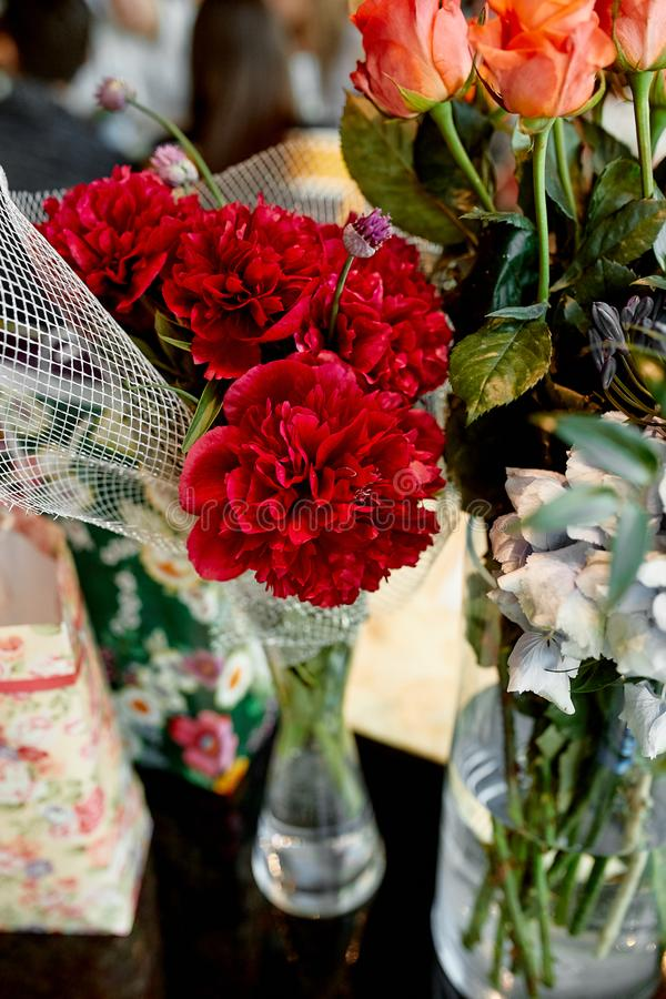 开花在水晶花瓶的花束 免版税库存照片