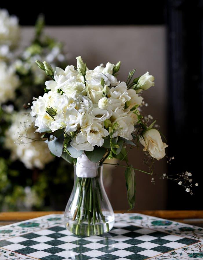 开花在花瓶的花束 库存照片