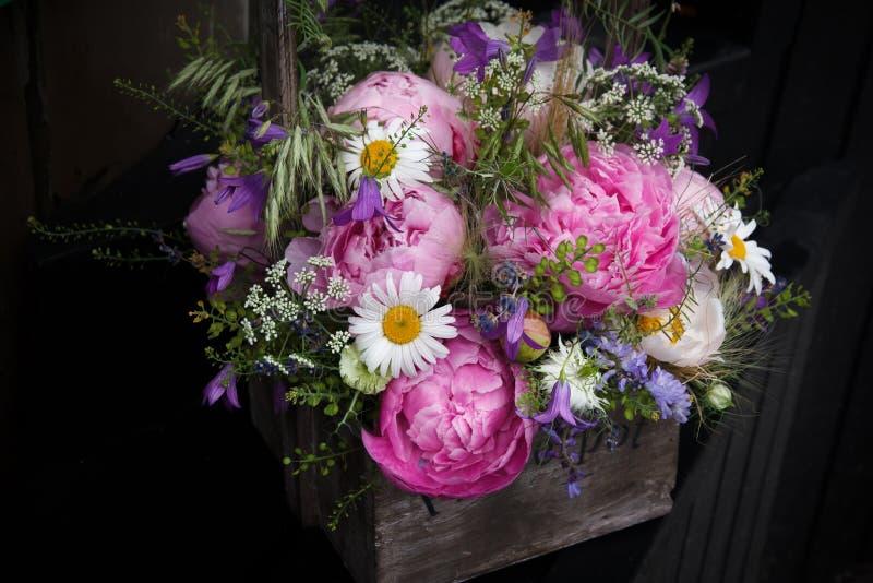 开花在黑暗的背景的花束 免版税图库摄影