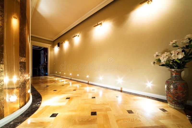 开花长的走廊 库存图片