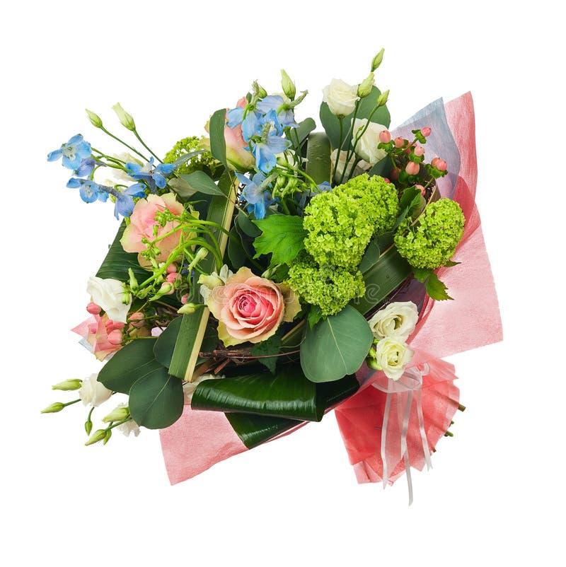 开花从多色的玫瑰、虹膜和其他花的花束 免版税库存照片