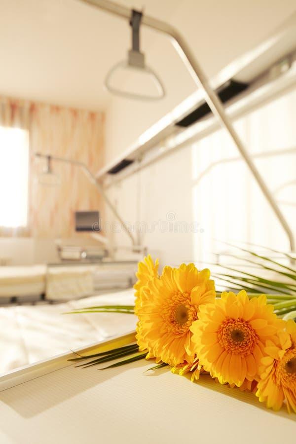 开花医院床头柜 库存照片
