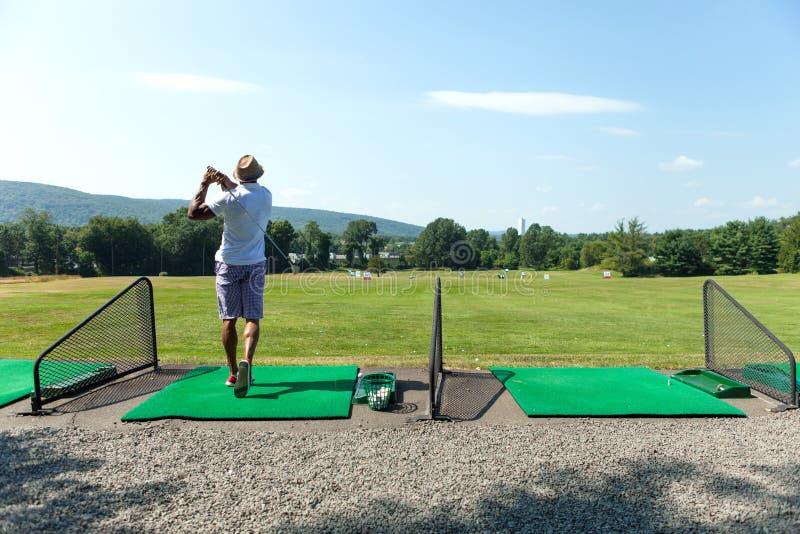 开车范围高尔夫球摇摆 免版税库存照片