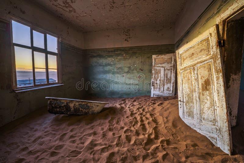 开采的镇Kolmanskop的废墟在吕德里茨附近的纳米比亚沙漠在纳米比亚 库存照片