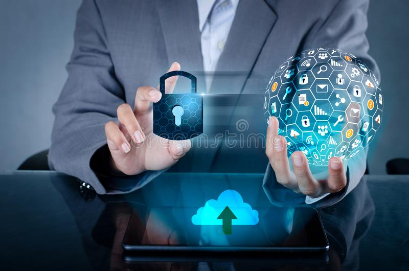 开锁的智能手机锁互联网电话手新闻沟通的电话在互联网 网络安全概念手保护 图库摄影