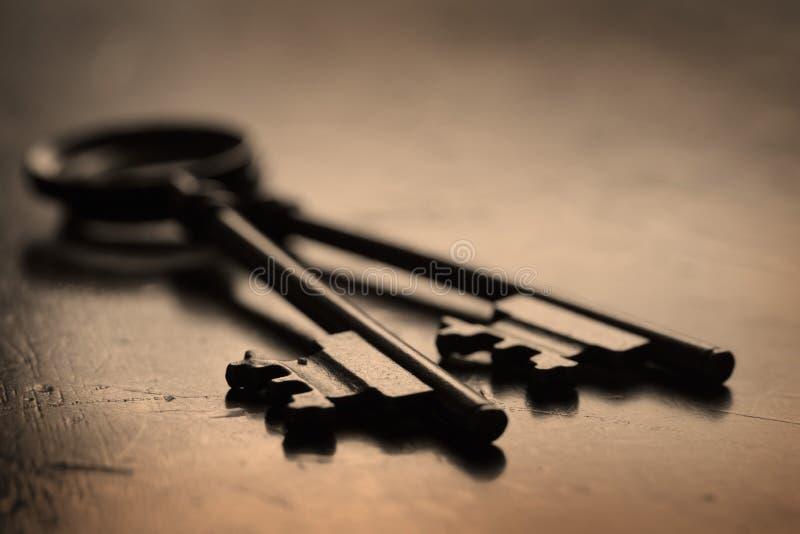 开锁的木表面上的钥匙 图库摄影