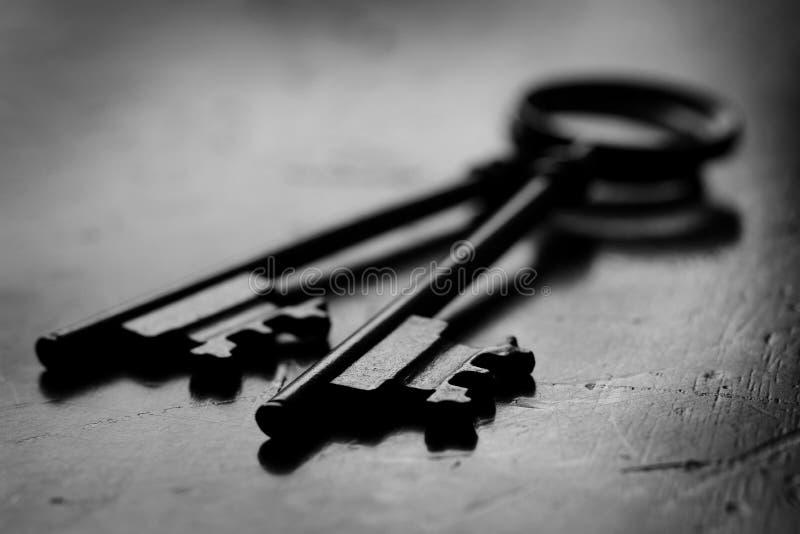 开锁的木表面上的钥匙 库存照片
