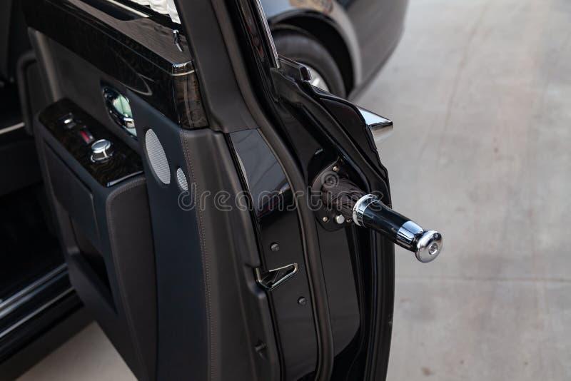 开门镀铬与伞的看法新一辆非常昂贵的豪华劳斯莱斯幽灵汽车,一辆长的黑大型高级轿车,模型 免版税库存图片