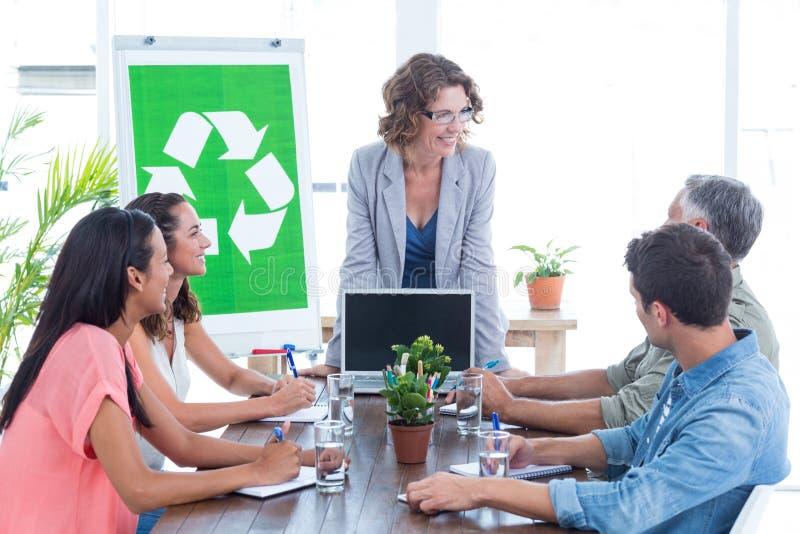 开年轻创造性的队关于回收的一次会议 库存照片