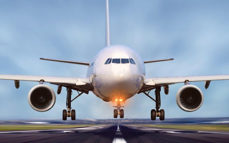离开从机场跑道的飞机 免版税库存照片