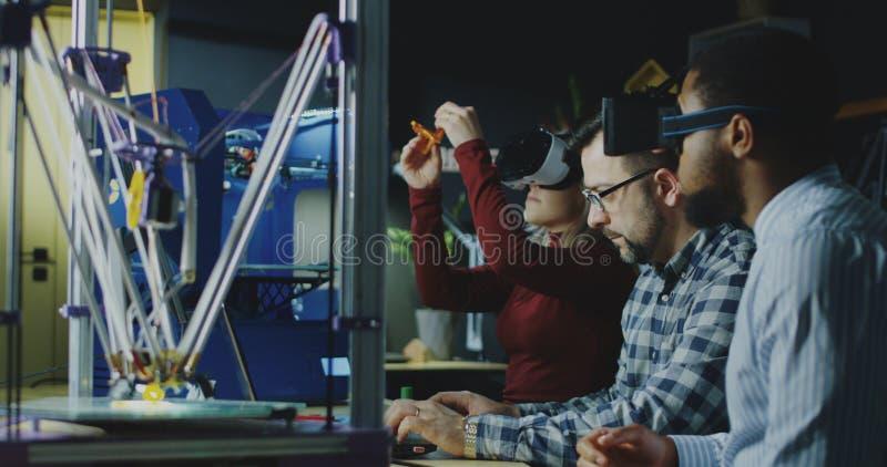 开VR的玻璃的同事会议 免版税图库摄影