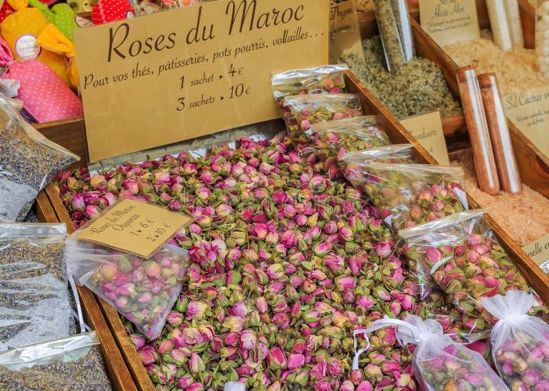 异乎寻常的干摩洛哥玫瑰待售在一个地方室外农夫市场上在尼斯,法国 免版税图库摄影
