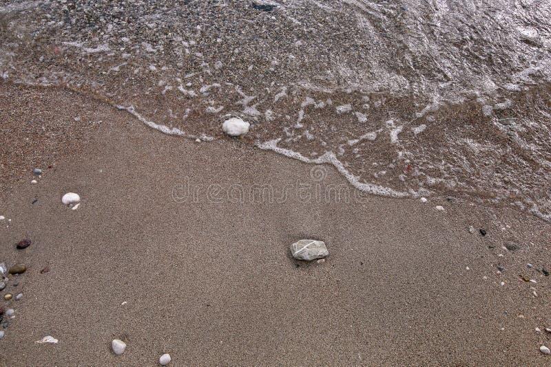 异乎寻常的沙滩、热带蓝色地中海有波浪的和海泡沫 美好的自然环境,全景,风景 免版税库存照片