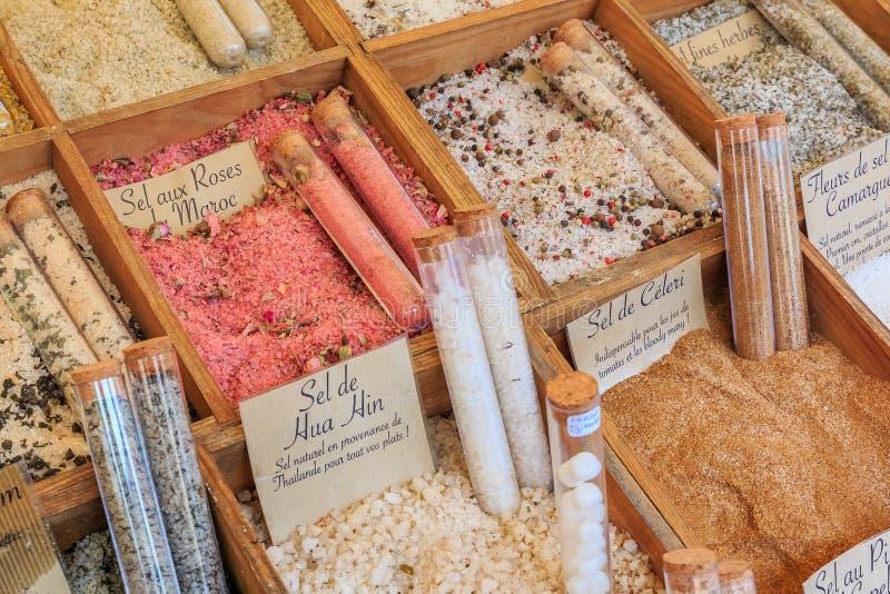 异乎寻常的调味的盐用芹菜、摩洛哥玫瑰和其他草本待售在一个地方农夫市场上在尼斯,法国 免版税库存图片