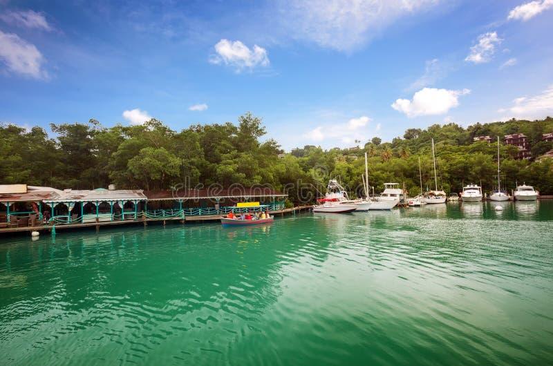 异乎寻常的马里戈特海湾的无法认出的游人,位于St加勒比岛的西海岸  免版税图库摄影