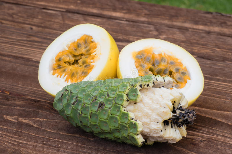 异乎寻常的果子凤梨香蕉和maracuja 免版税库存照片