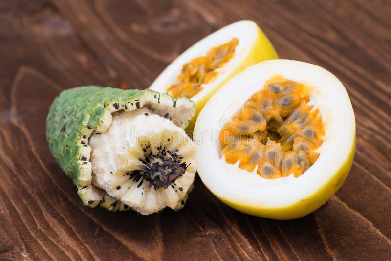 异乎寻常的果子凤梨香蕉和maracuja 免版税库存图片