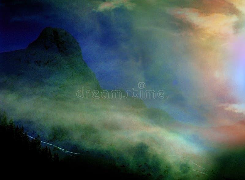 异常彩虹的日落 免版税库存图片
