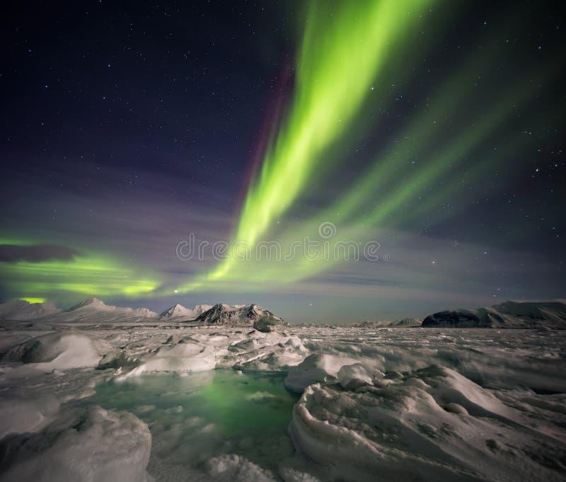 异常的北极冬天风景-结冰的海湾&北极光 库存照片