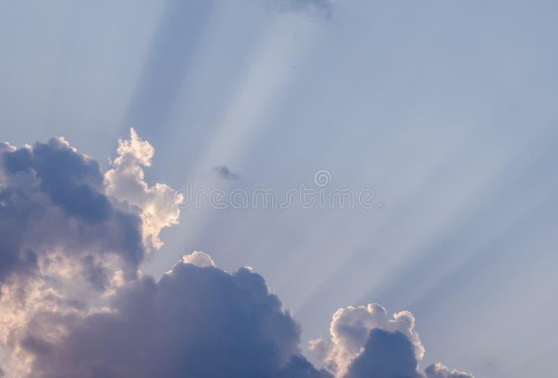 异常的太阳在一个热的夏日发出光线击穿通过在蓝天的美丽的云彩 美好的cloudscape backg 库存图片