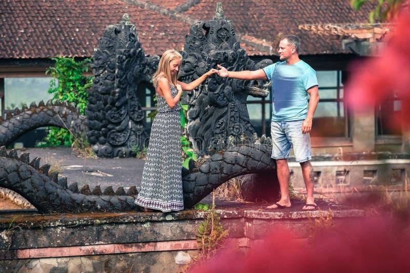 异常的夫妇照片在神秘的旅馆 免版税库存图片