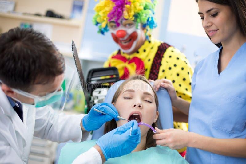 异常的牙齿治疗 库存照片