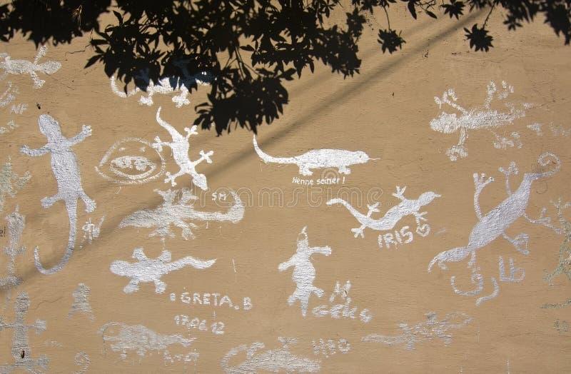 异常的银色颜色蜥蜴街道画 免版税库存图片