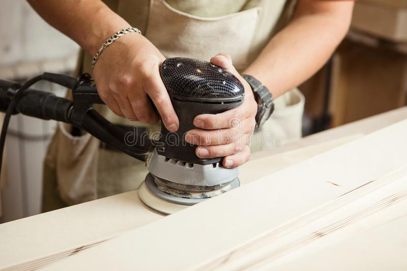 异常磨床做木擦亮酒吧板条 免版税库存照片
