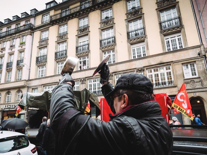 弄出声响的老人在抗议由平底锅 免版税库存照片
