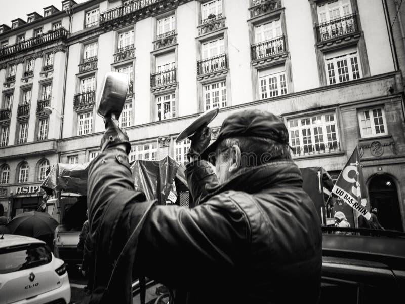 弄出声响的老人在抗议由平底锅 免版税库存图片