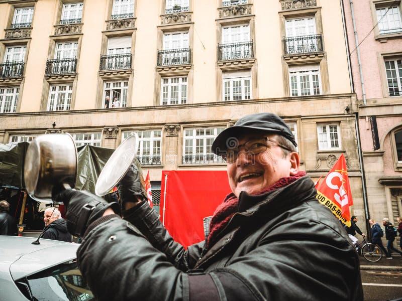 弄出声响的老人在抗议由平底锅 免版税图库摄影