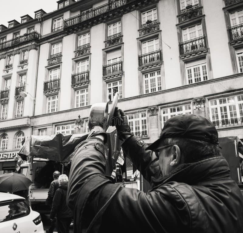弄出声响的老人在抗议由平底锅 图库摄影
