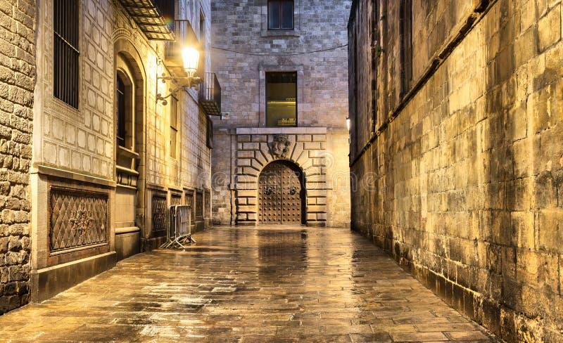 弄湿在哥特式处所,巴塞罗那的狭窄的街道 免版税库存照片