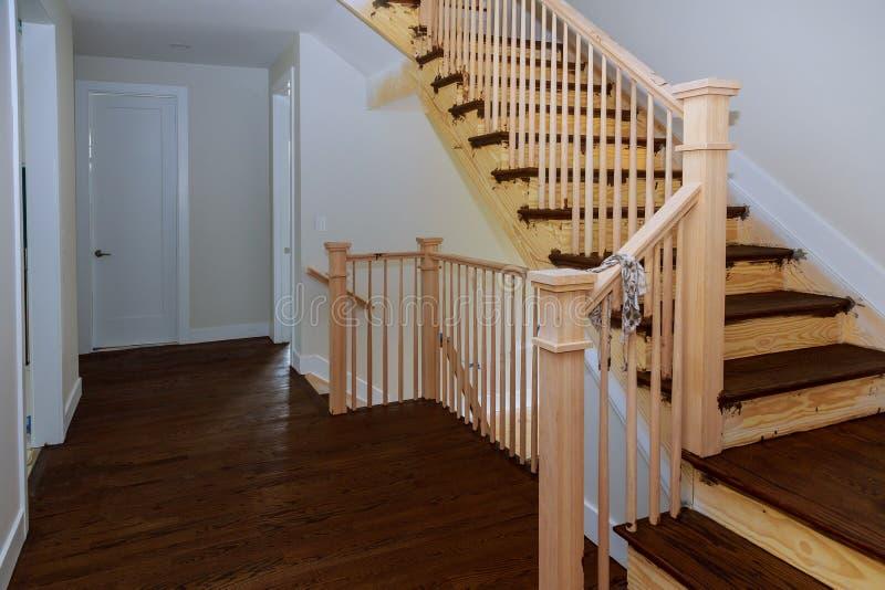 弄脏与与木栏杆和硬木地板的污点的新的家庭建筑 免版税图库摄影