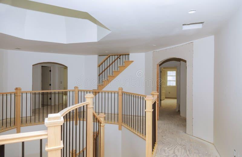 弄脏与与木栏杆的污点的新的家庭建筑 免版税库存照片