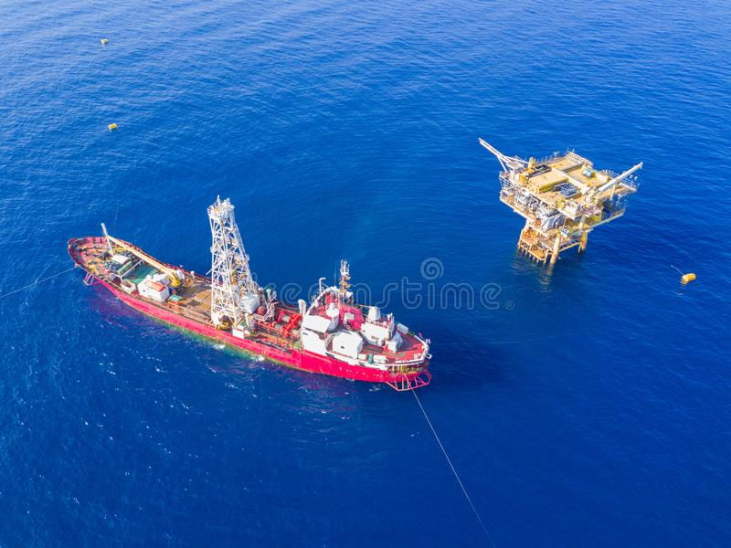 弄脏乏味小船附带模式勘测ve的土质技术的钻井 库存照片