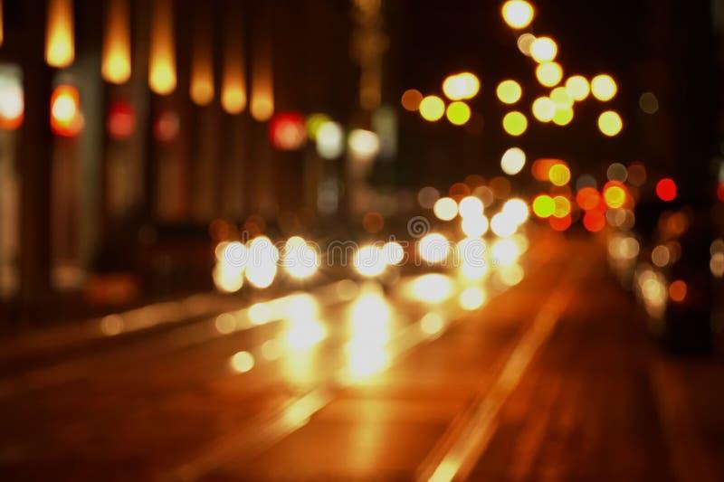 弄脏光bokeh在交通街道上的在黑暗的夜城市bac中 库存照片