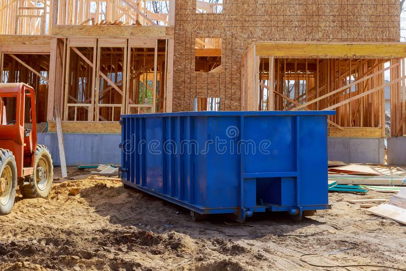弄脏大型垃圾桶,在新的工地工作公寓修造附近回收废物和垃圾桶 免版税库存图片