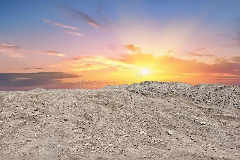弄脏山地面和日落或者日落 免版税库存图片